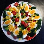 Sałatka zbrokułem, jajkiem ipomidorem